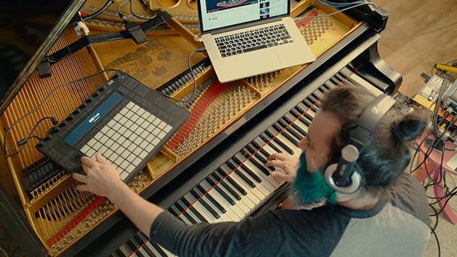 , Este músico hizo que su piano suene como la guitarra de Slash